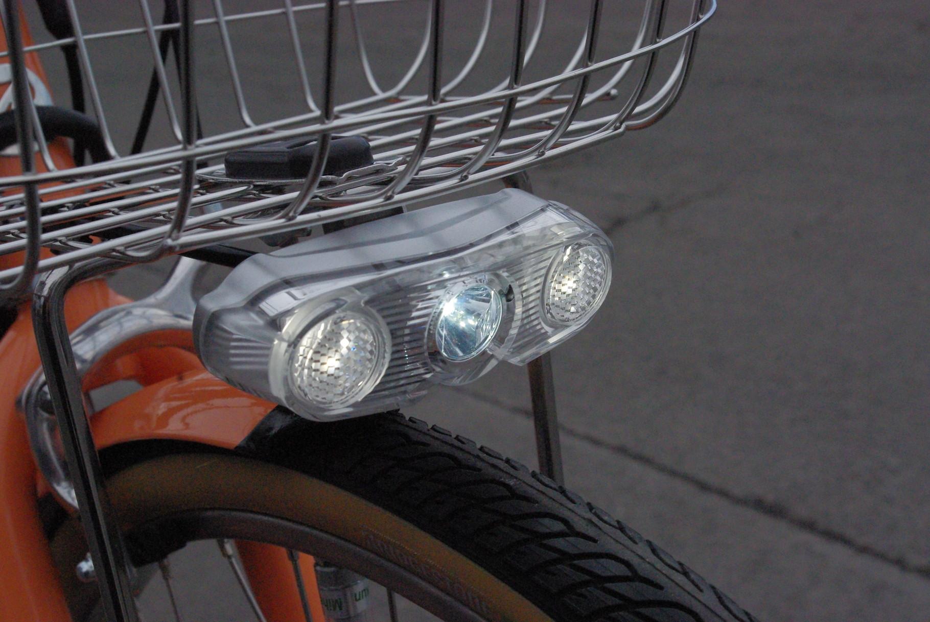 『ワイドスーパー・パワーバッテリーランプ』搭載。超高輝度LEDは前方はもちろん、足元まで広範囲を照らす最新型。さらに側面ライトも装備し、横方向からの視認性も抜群です。
