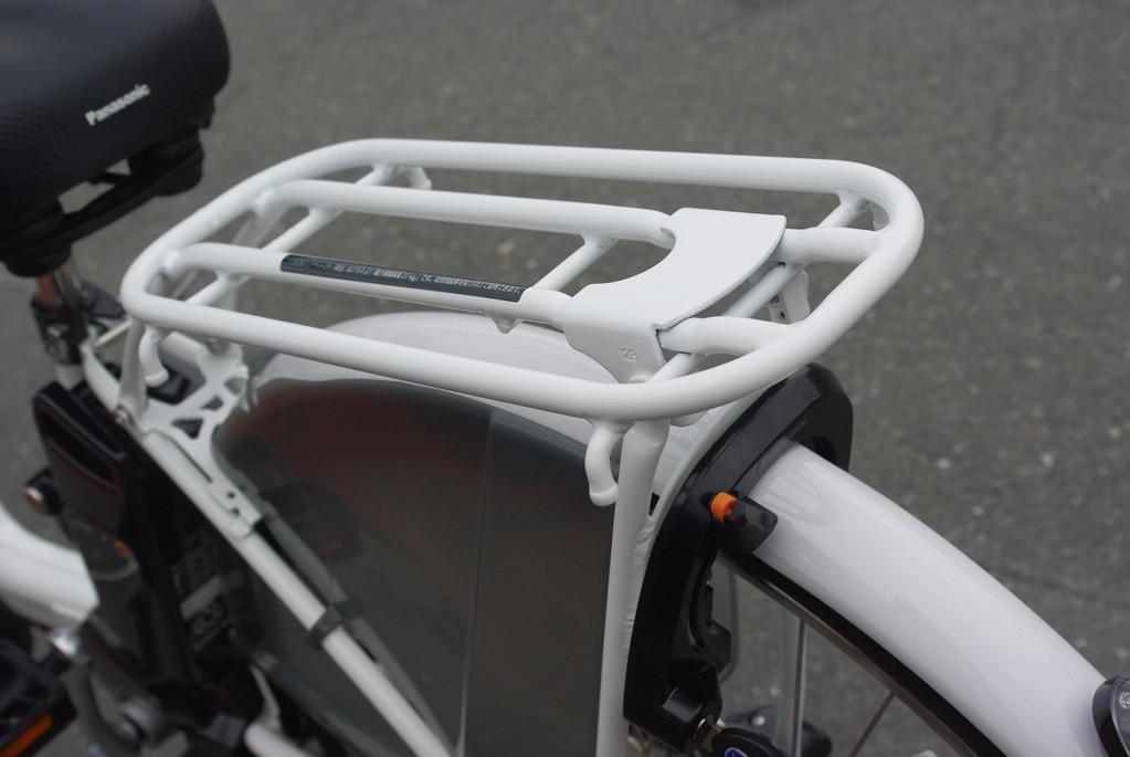 極太パイプキャリア/クラス27仕様でチャイルドシートもそのまま取付可能です。 後輪錠もこだわりの位置に。スタンドを立てた際にそのまま施錠できる位置なんですよ♪