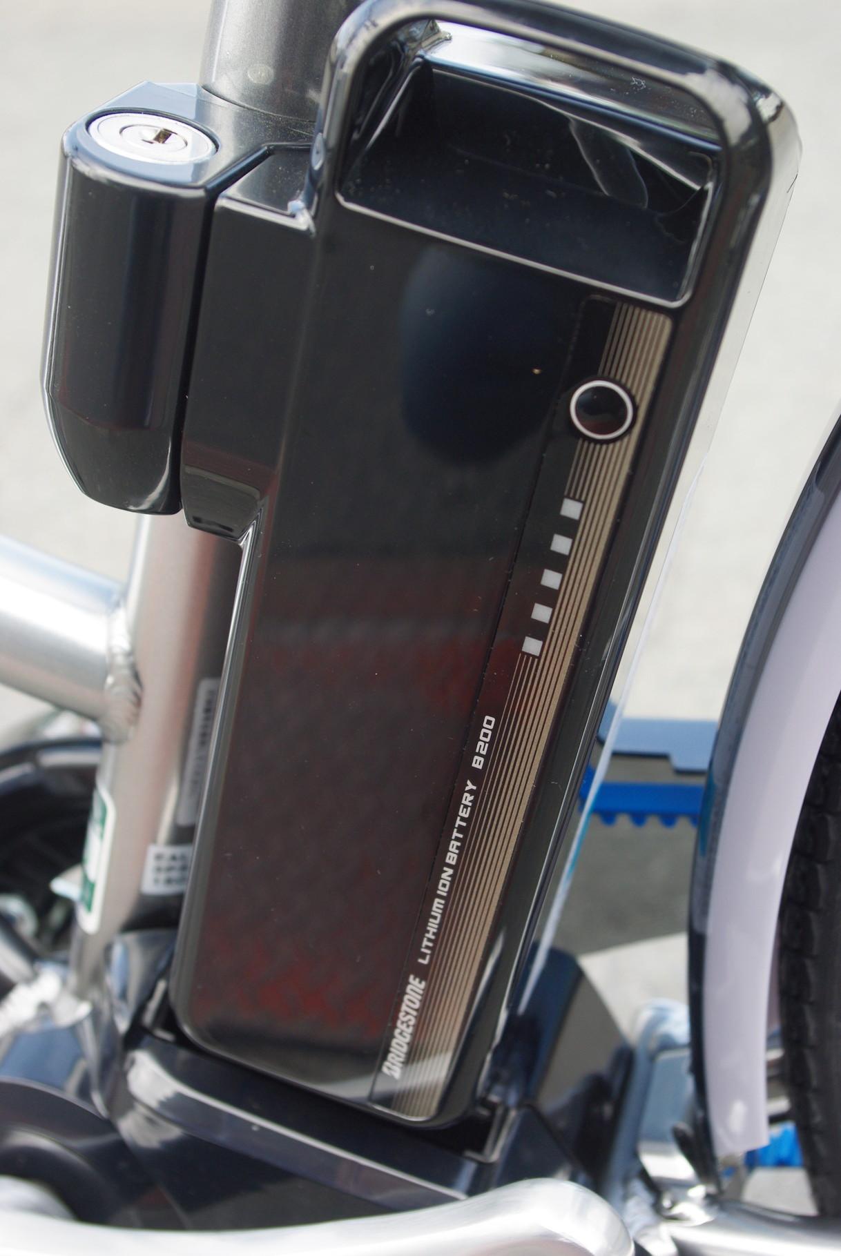 リチウムイオンバッテリー『B200』 国内では珍しい36Vのバッテリーを採用し、バッテリー本体への負担を軽減。耐久性に優れ、充電時間も短いのが特徴です。6.2Ah表記になりますが、総電力量では8.7Ahと同等です。