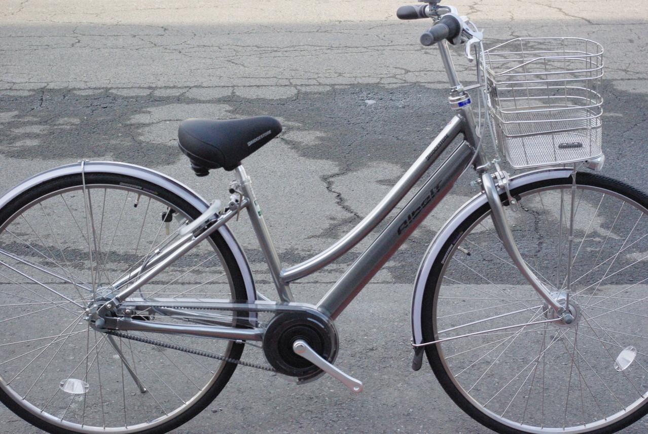 L型フレームの特徴:またぎやすいよう緩やかにカーブし、ハンドルも少々手前へ来るようデザインされたトンビ型ハンドル。