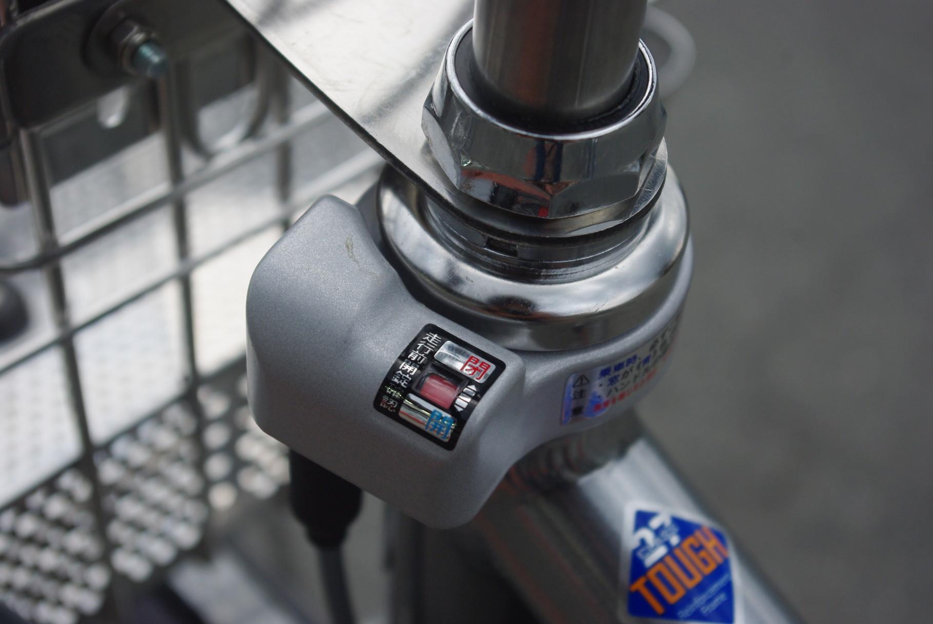 そして後輪のサークルロックと連動しているハンドルも同時にロック!一発でダブルに施錠しちゃいます!カンタンで安心!