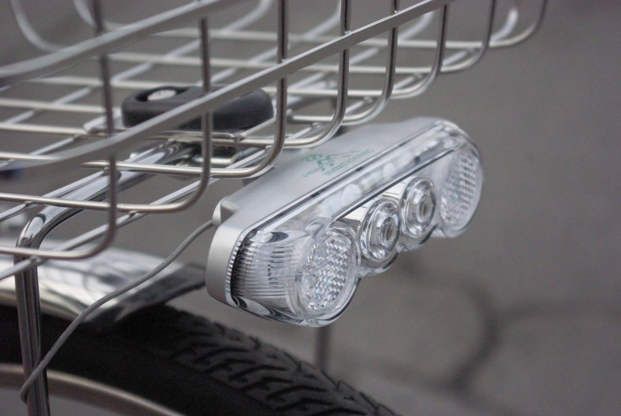 高輝度LEDホワイトLEDを2つも使用、ホワイトフラッシュW点灯虫ライト。 通常より高い位置に設置されることにより、対向車などにも視認性が大幅にアップしています。