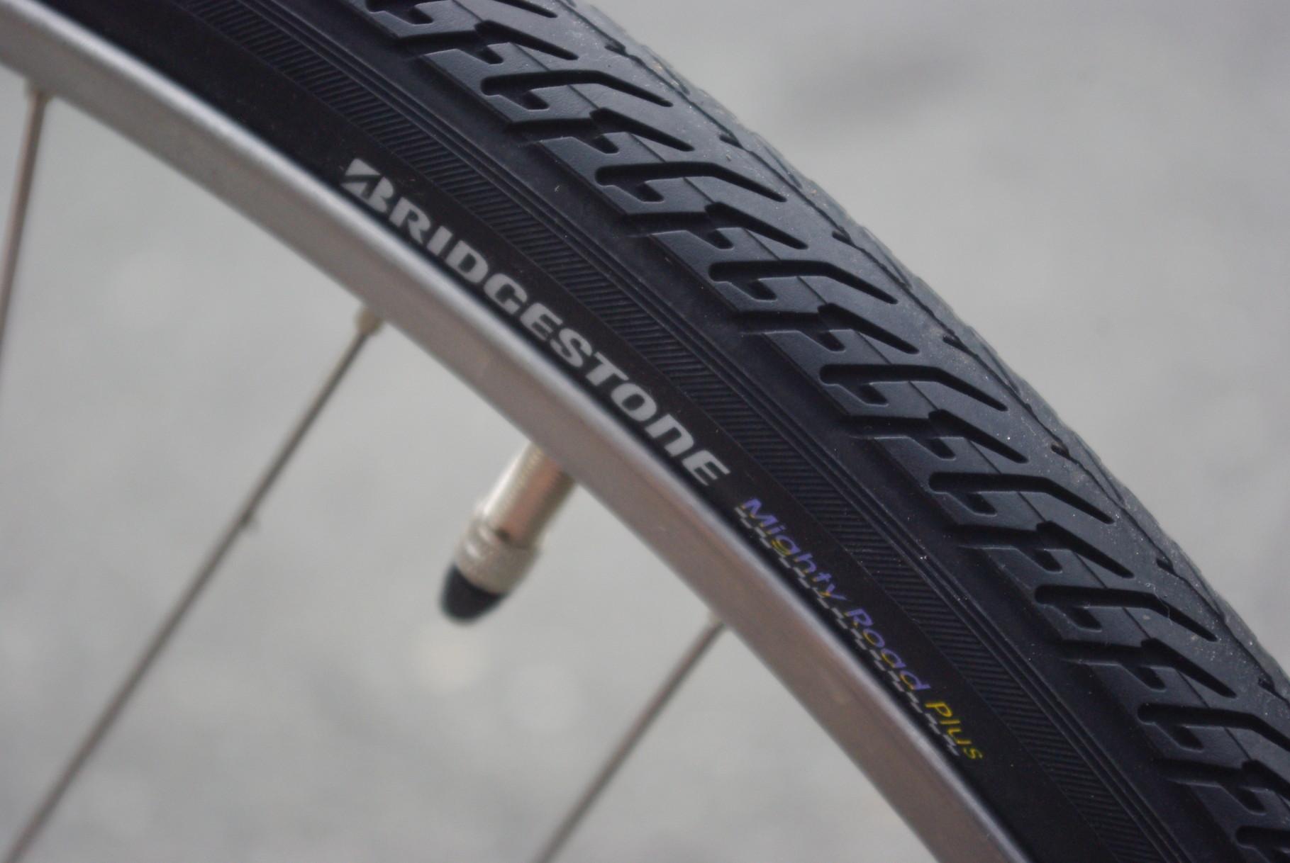 耐突き刺しパンク性能が非常に高いマイティロード・プラスタイヤを装備。チューブも肉厚1.5mmのウルトラスーパーチューブです(通常の肉厚は0.8mm)