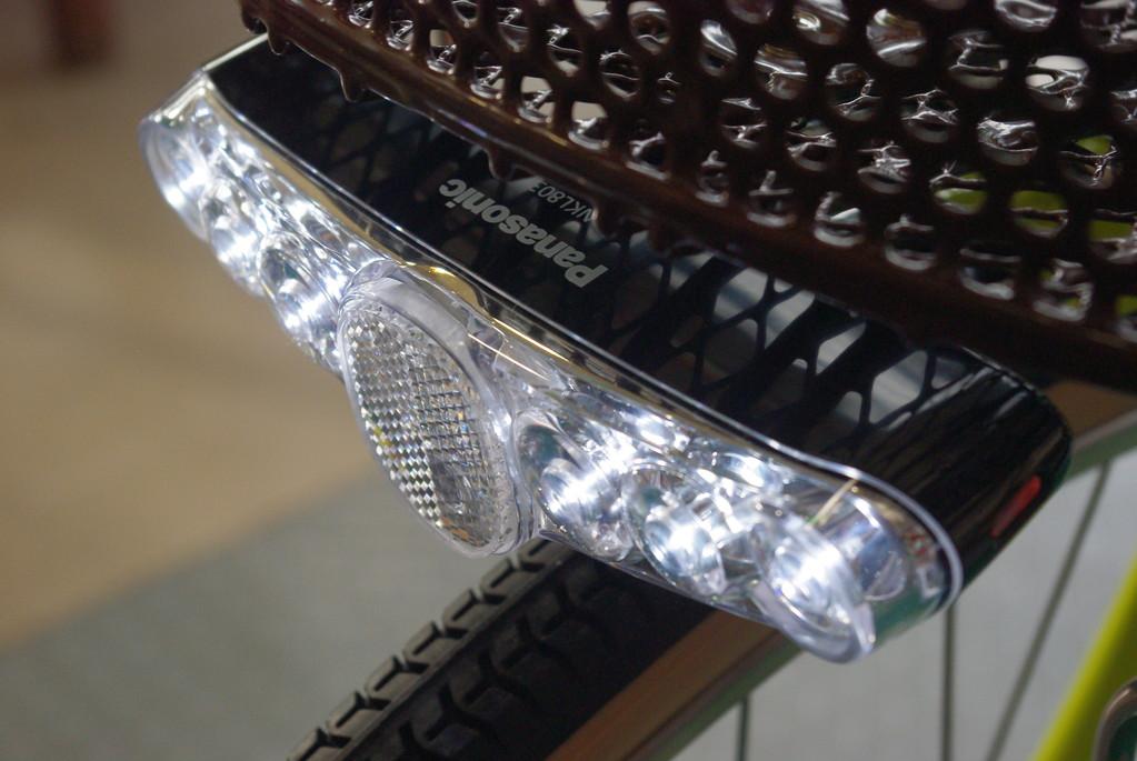 スリム6-LEDビームライトで、明るく夜道を照らすのです!!