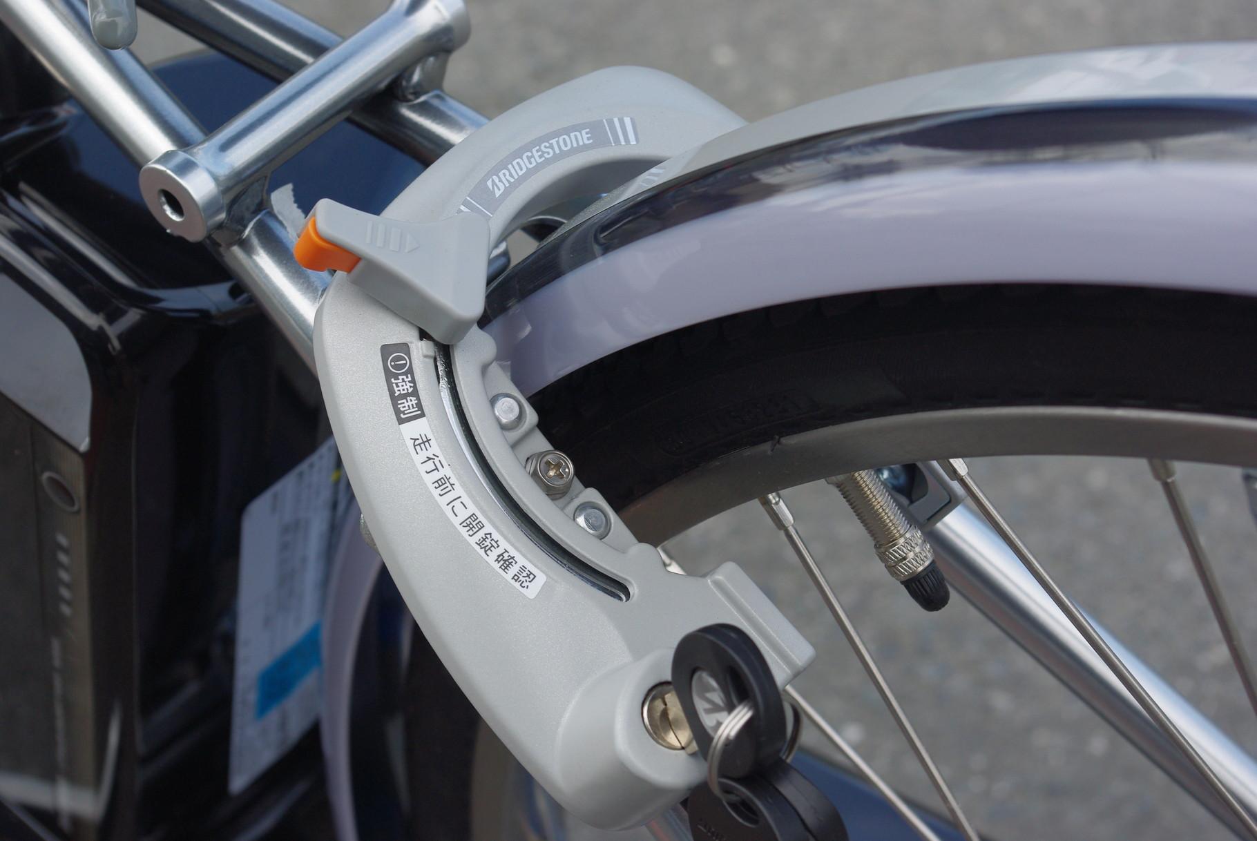 後輪ロックでハンドルも同時施錠する、一発二錠装備。3年間の盗難補償が付いています。安心ですね。