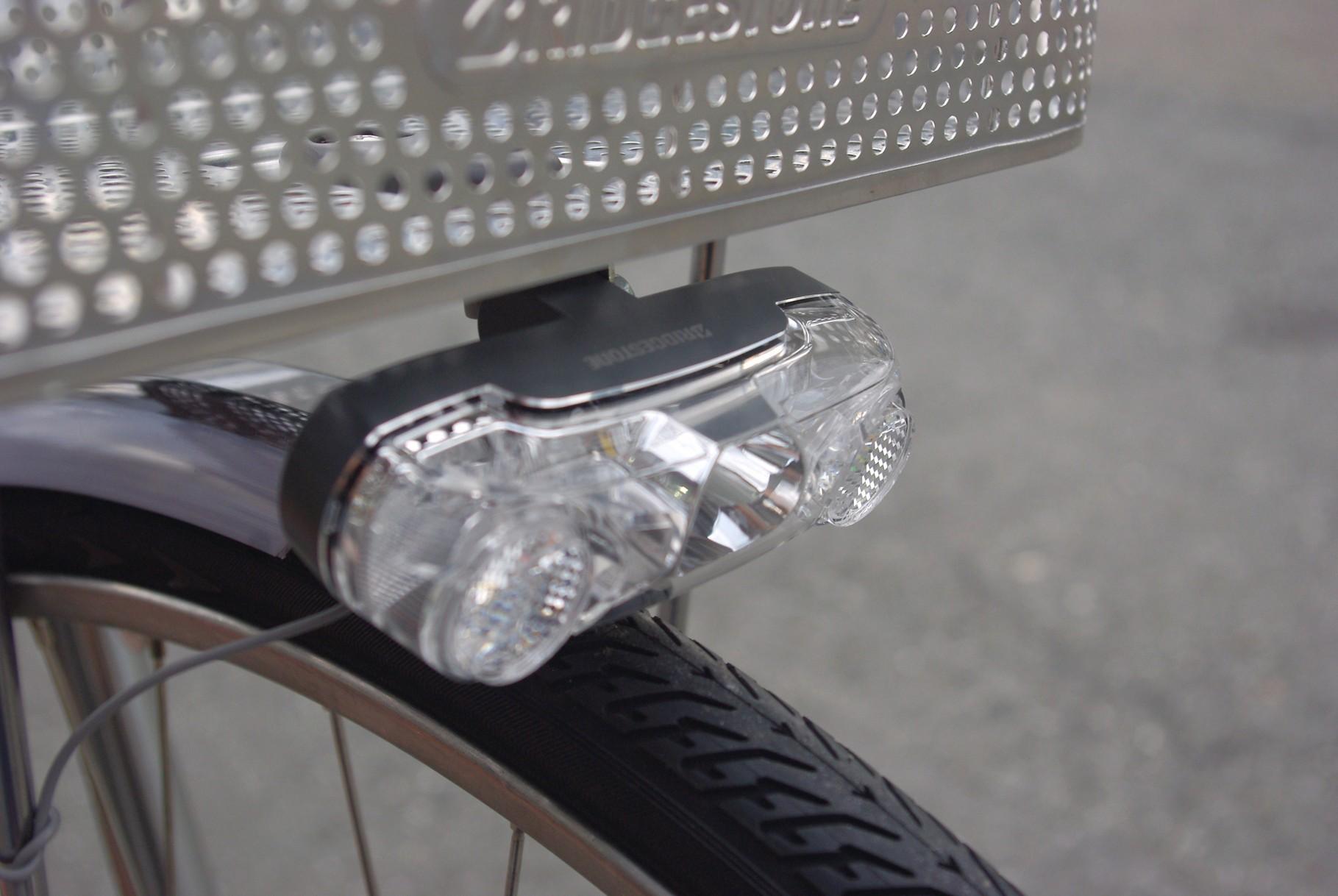 1WのLEDを装備したシングルパワー点灯虫ライト。対向車や周囲からの視認性が高いバスケット下に配置されています。