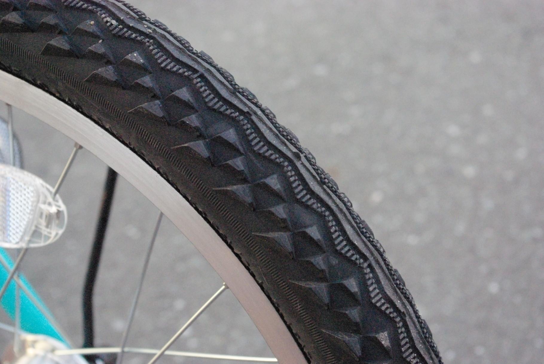 マウンテンバイクのようなごっつ目タイヤ。エアボリュームがあり、クッション性抜群。少々の悪路も楽しい?