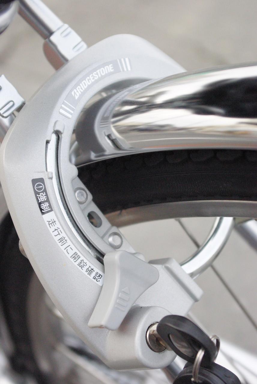 後輪を施錠すると、ハンドルも同時にロック!一発二錠搭載。ディンプルキーでピッキング対策もバッチリ。