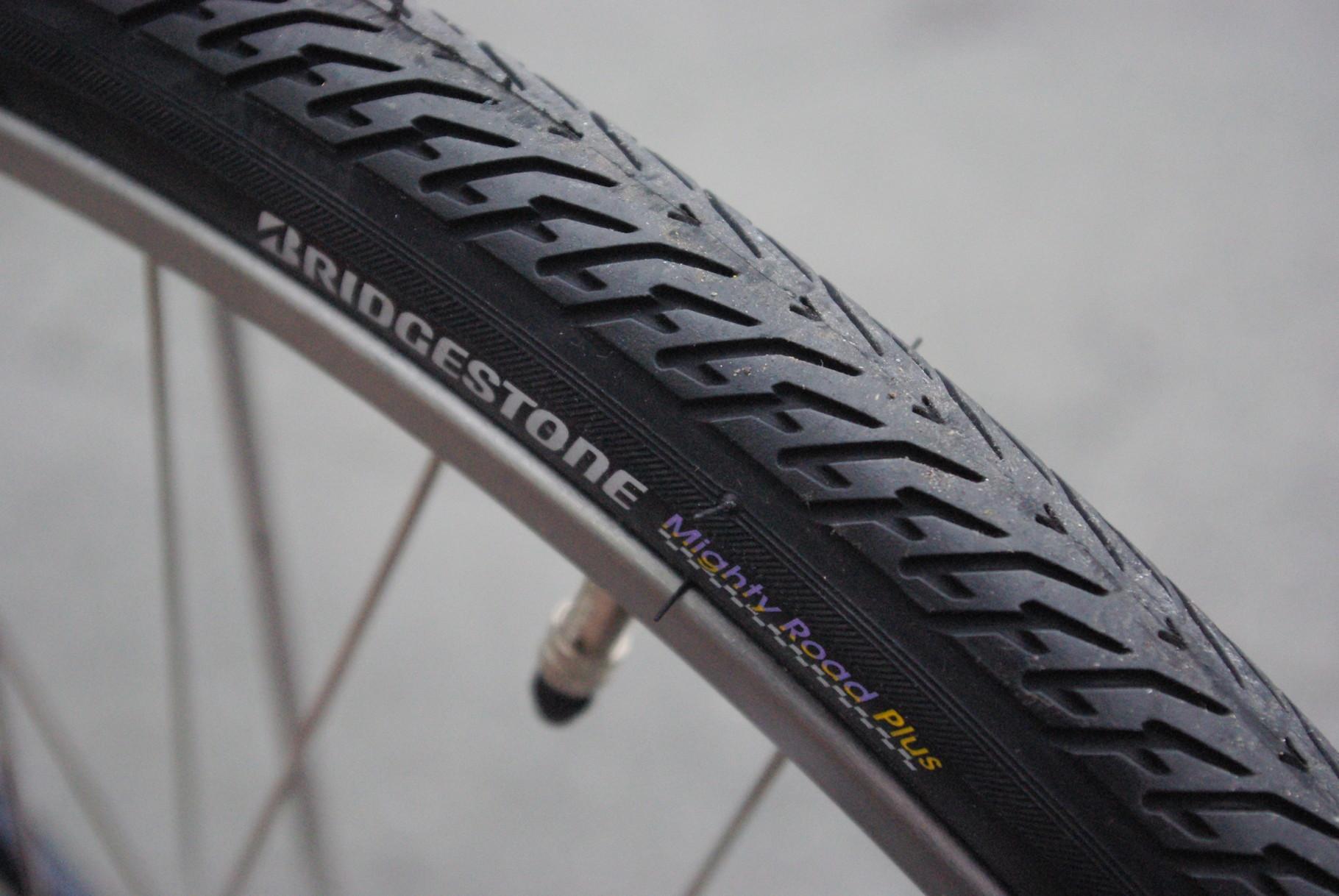 耐突き刺しパンク性に優れ、転がり抵抗の軽いマイティロードプラスタイヤを前輪に。同じく耐付き刺し性に強く、さらに長寿命を誇るロングライフ+タイヤを後輪に装備。