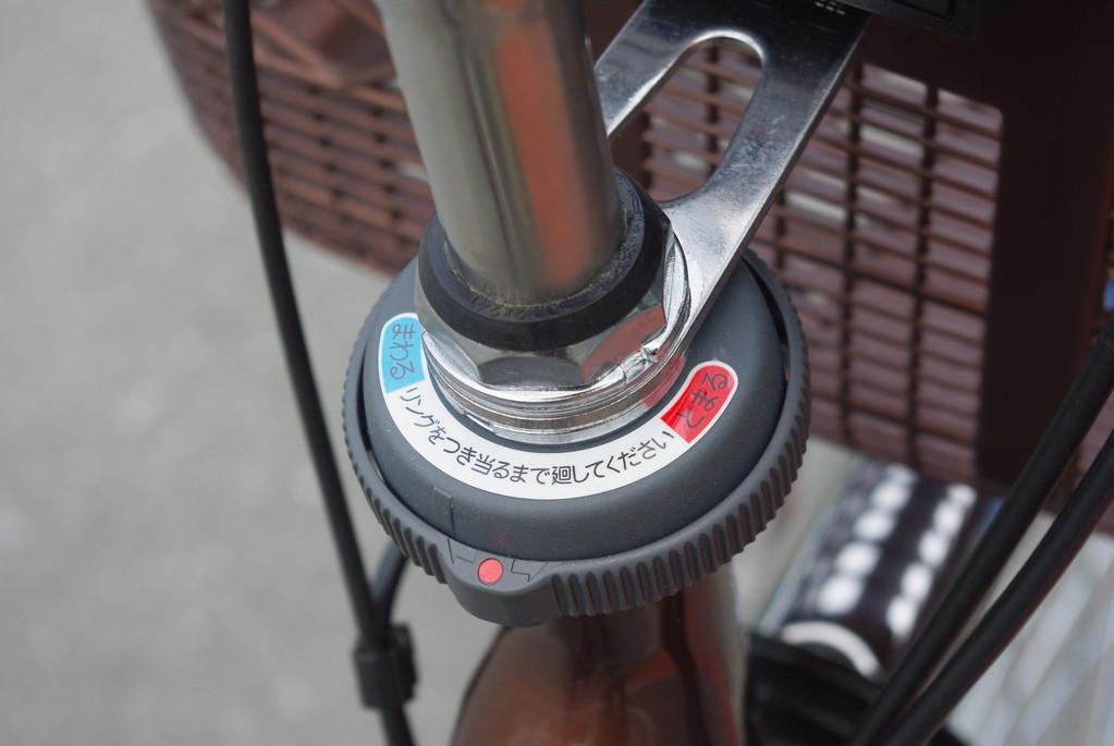 駐輪時にハンドルがくびれて倒れるのを防止する、ハンドルストッパー'くるピタ'