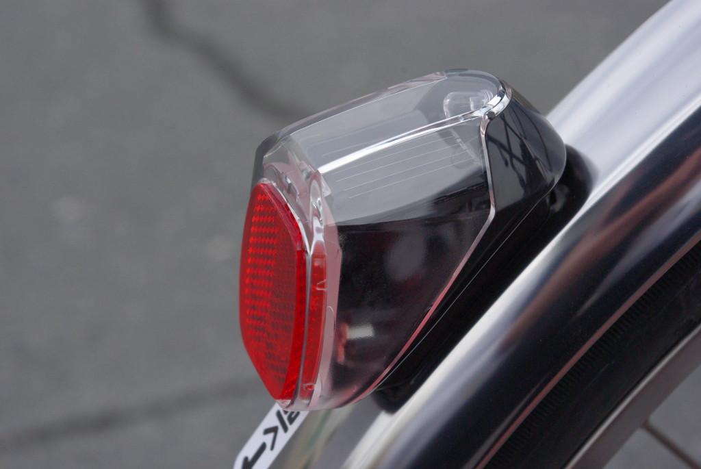 太陽電池内蔵のテールライト 暗くなって、振動をあたえると点灯します