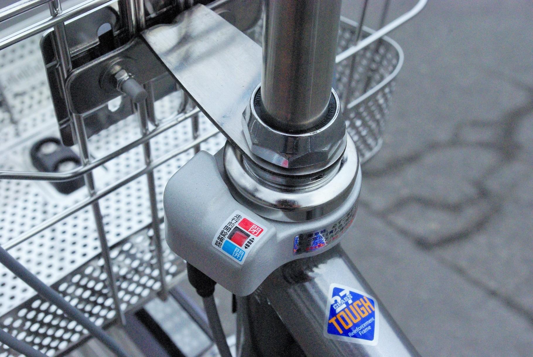 連動してハンドルもロック❕ 「一発二錠」は3年間の盗難補償付き。盗まれてしまったら、¥3,000₋/税別でメーカーから購入できます。