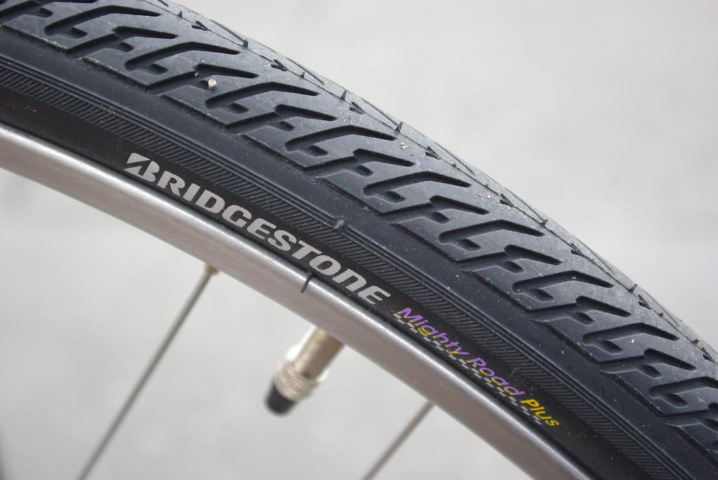 パンクプロテクターを内蔵した、ブリヂストン最高峰タイヤ&チューブを採用!