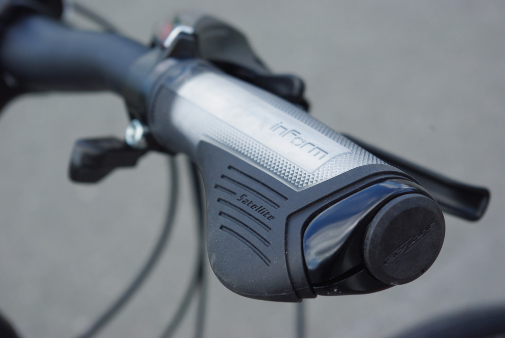オリジナルの`IsoZone` ハンドルバー&`InForm`グリップ。振動吸収&グリップ性の高い快適装備です。
