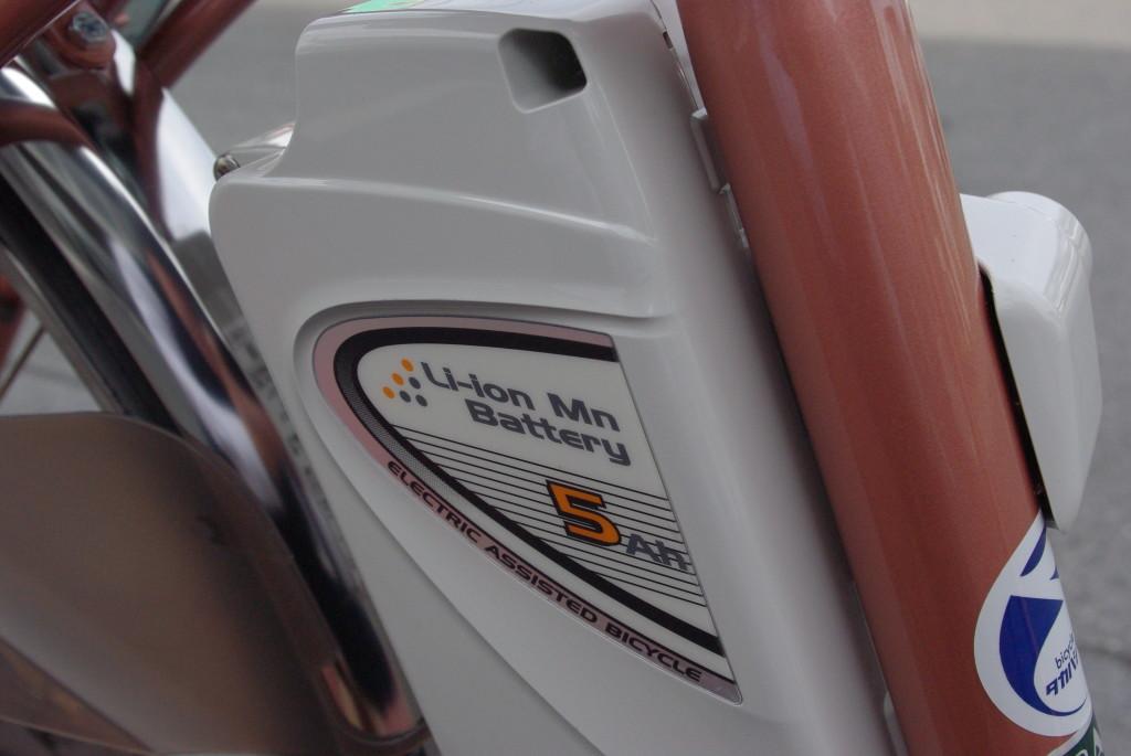 軽量な5アンペアのリチウムイオンバッテリー 業界新基準の走行テストで3時間充電で最大30km、旧テストだと同時間充電で最大72km走行可能です