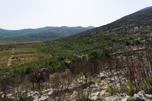 Ruinen rund um Ravno entlang des Ciro Trails. Dieses Dorf wurde nach dem Krieg nicht wieder aufgebaut.