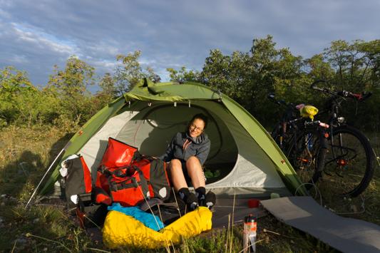 Wir campen neben einer kleinen Schule, um im Falle eines Gewitters einen Unterschlupf zu haben. Momentan gewittert es viel und wir haben aus der Situation in Ungarn gelernt!!