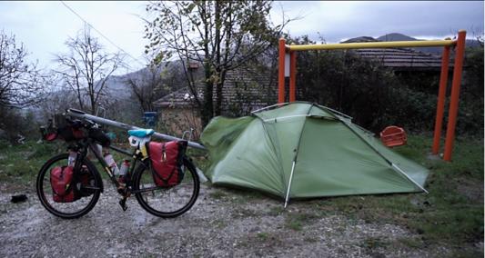 Unser geniales Zelt hält den 80km/h Windböen stand! Es ist ganz schön biegsam.