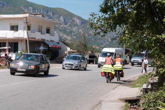 An diesem Tag fahren wir zwar ständig auf einer stark befahrenen Straße, dafür geht es wirklich ausschließlich bergab. Die Durch.Geschwindigkeit muss an diesem Tag bei 30km/h gewesen sein :D