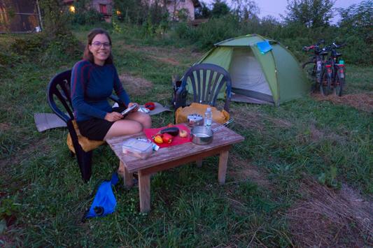 Unsere erste Wildcamping Nacht in Bosnien war gar nicht so wild mit Tisch, Stühlen, Wasser und Plumpsklo!