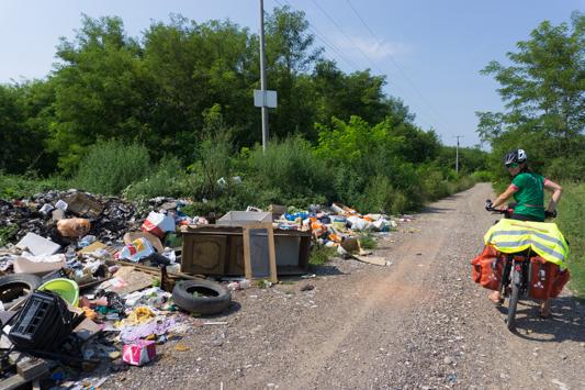 Der Müll ist ein großes Problem. An jeder einsamen Ecke liegt ein riesen Haufen.