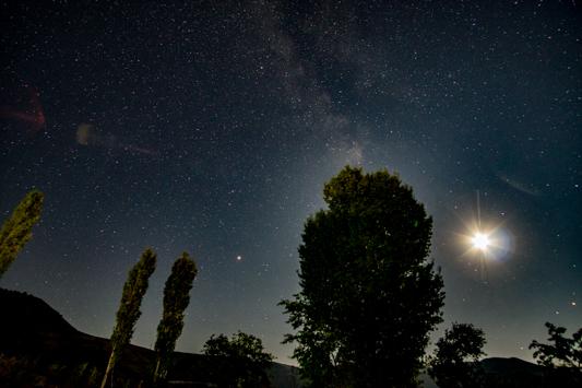 Weil es hier weit und breit keine großen Städte gibt, ist der Nachthimmel immer besonders beeindruckend.
