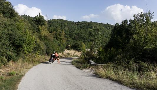Diese Straße hat sogar alle Straßen in Albanien übertroffen, so steil war sie.