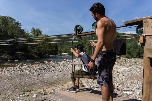 Der berühmte Seilzug. Nachdem jeder von uns einmal hin und her gefahren ist, kurbelt Javier den lieben Burschen auf die andere Flussseite.