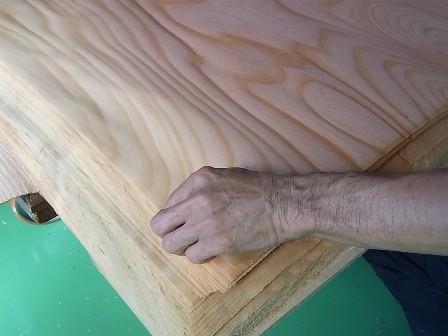 出来上がった単板と工場長の手