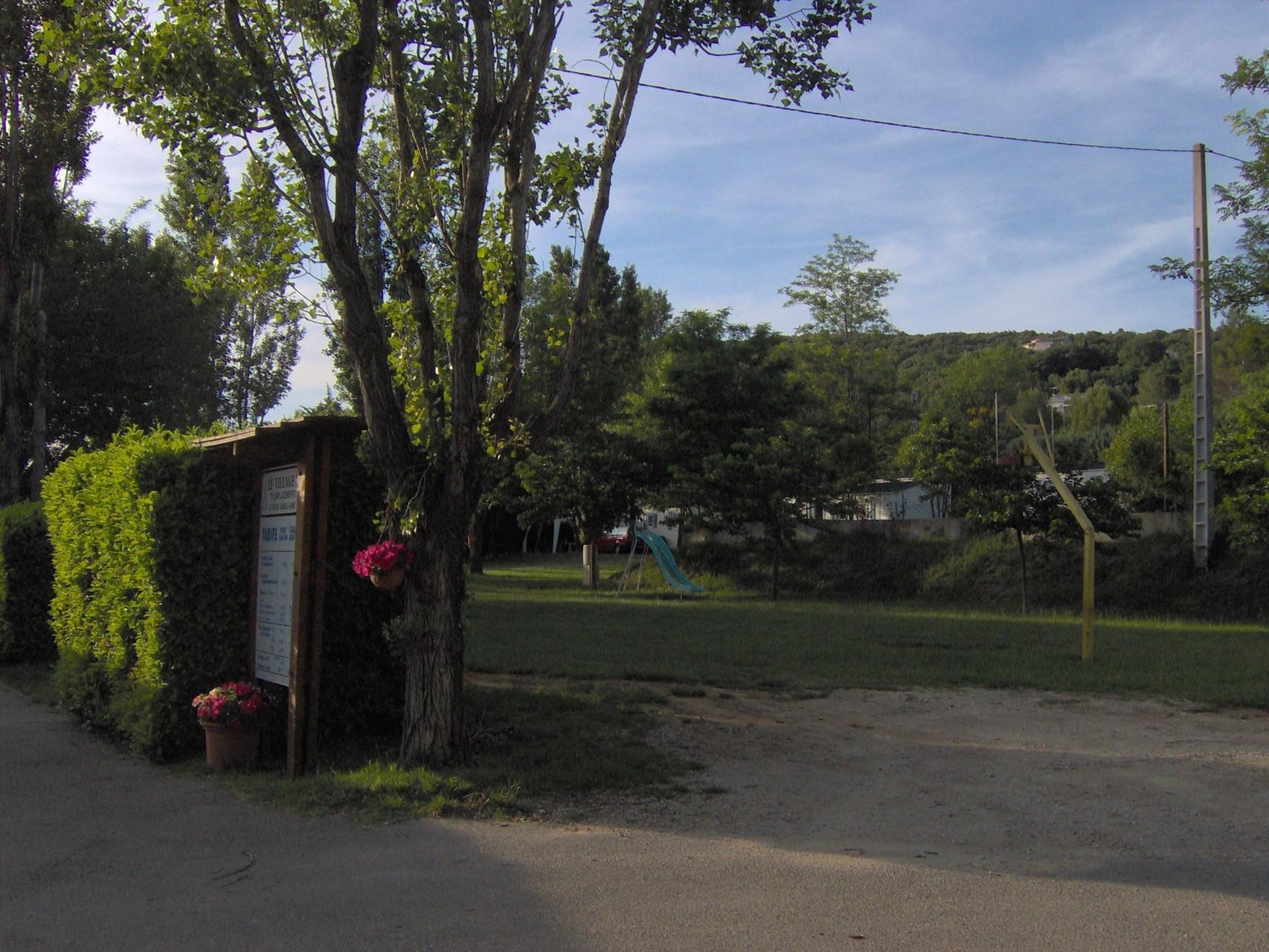 Entrée et parking du Camping