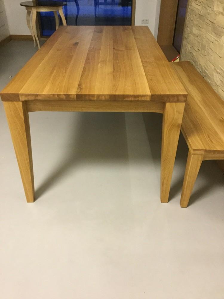konisch zulaufende Tischfüße