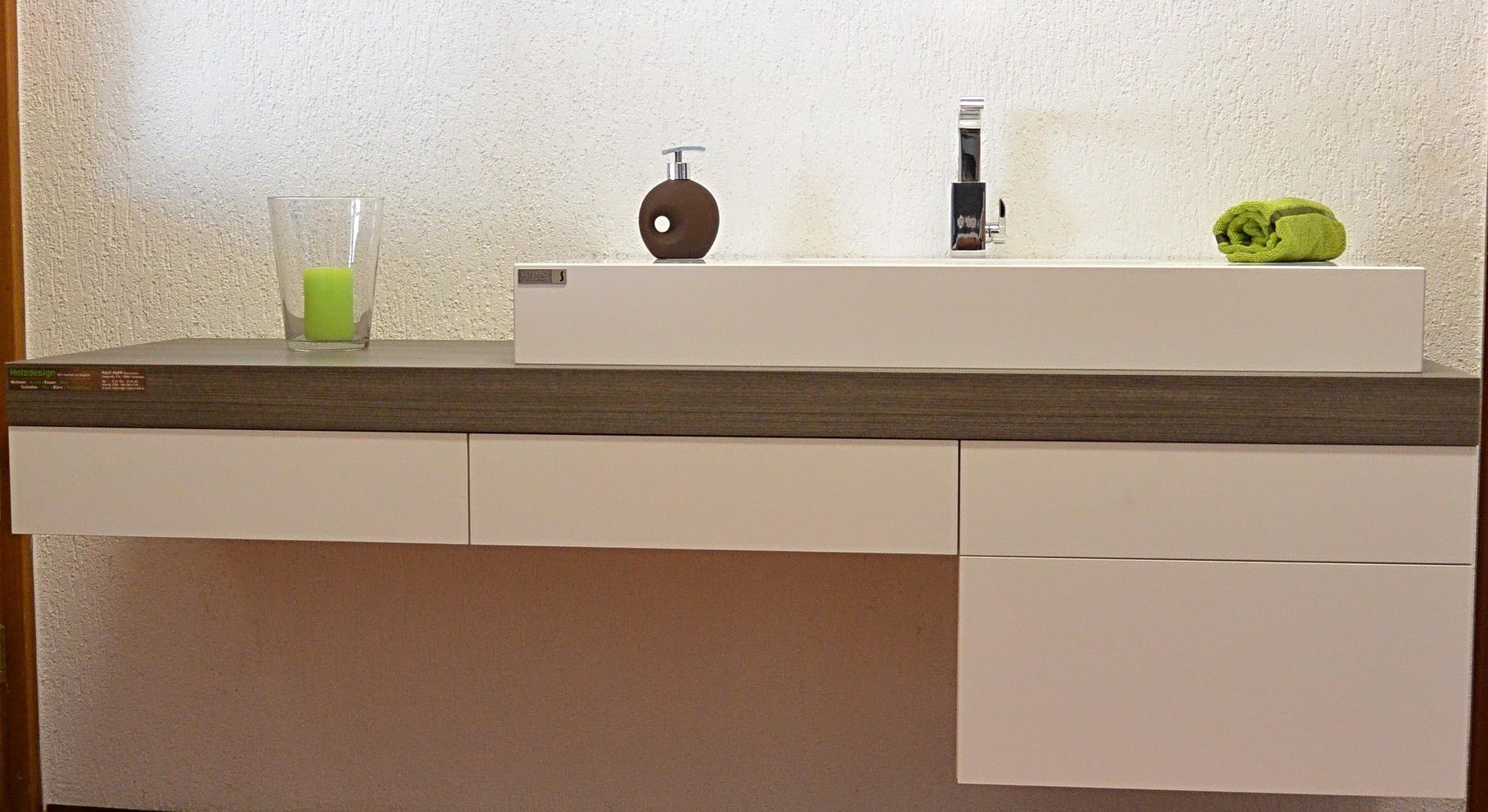 Waschtischplatte mit Unterschrank und einem eckigen Sileston-Waschbecken