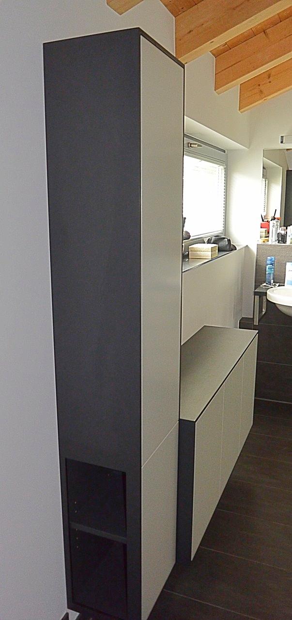 In anthrazit u. lichtgrau lackierter Badschrank mit Hochschrank & seitlich offenem Regal für Handtücher