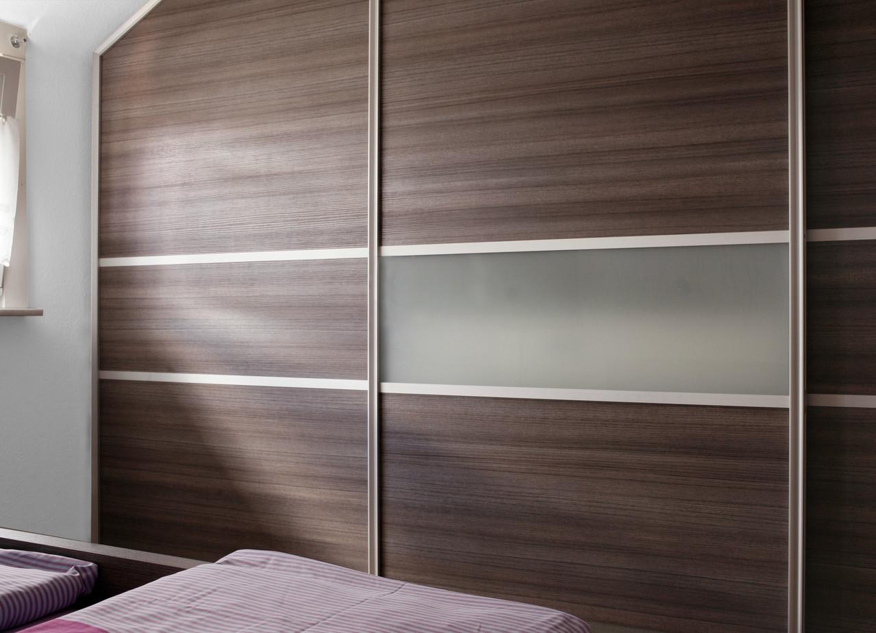 Gleitschiebetür 3-flüglig mit satiniertem Glas, Aluminium Rahmen und Holzdekor