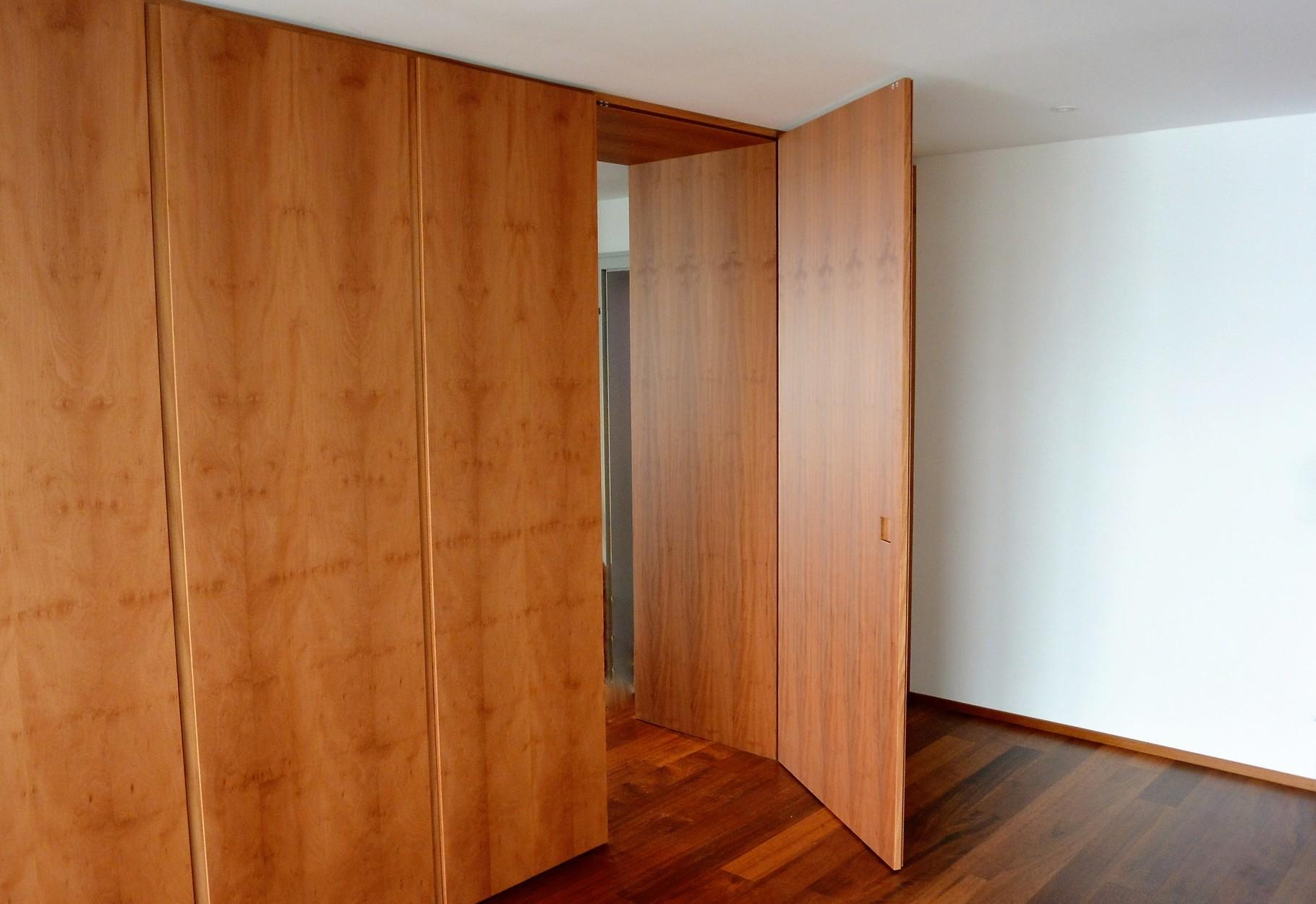 Tür zwischen Küche und Büro - flächenbündig mit der Küchenfront