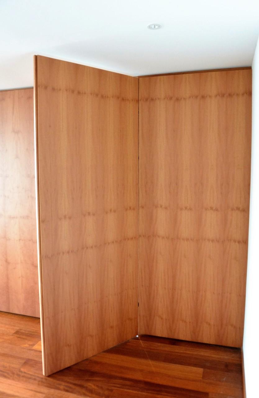 flächenbündige Tür zwischen Küche und Büro