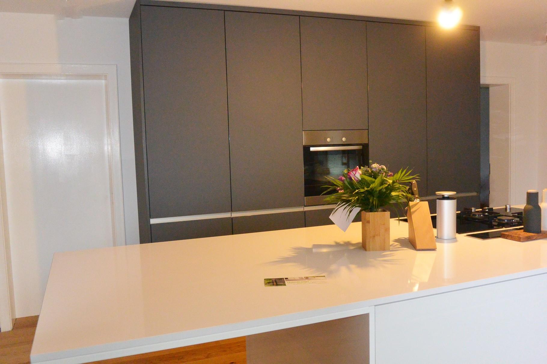 Inselküche mit Silestone Arbeitsplatte in matt anthrazit und Hochganz weiß