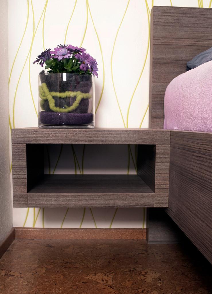 Schlafzimmerbett nach Maß mit cubischem Nachttisch