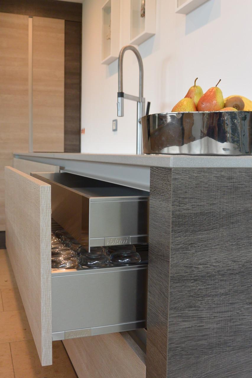 Küche mit Edelstahl inox Schubladen von Blum, Legra-Box mit eckigen Seitenteile