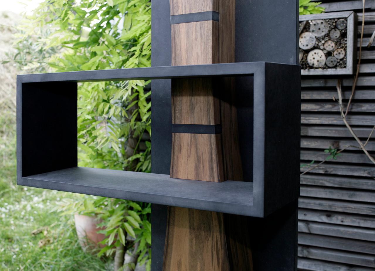Verstellbarers Regal in Nussbaum u. schwarzem MDF, mit verschiedenen Einsätzen wie Stereoanlage