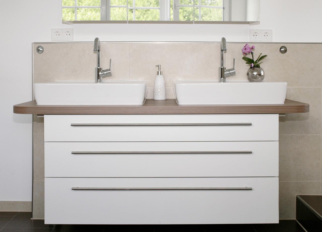 Badunterschrank in weiß & Holzdekorwaschtischplatte mit zwei Aufsatzbecken