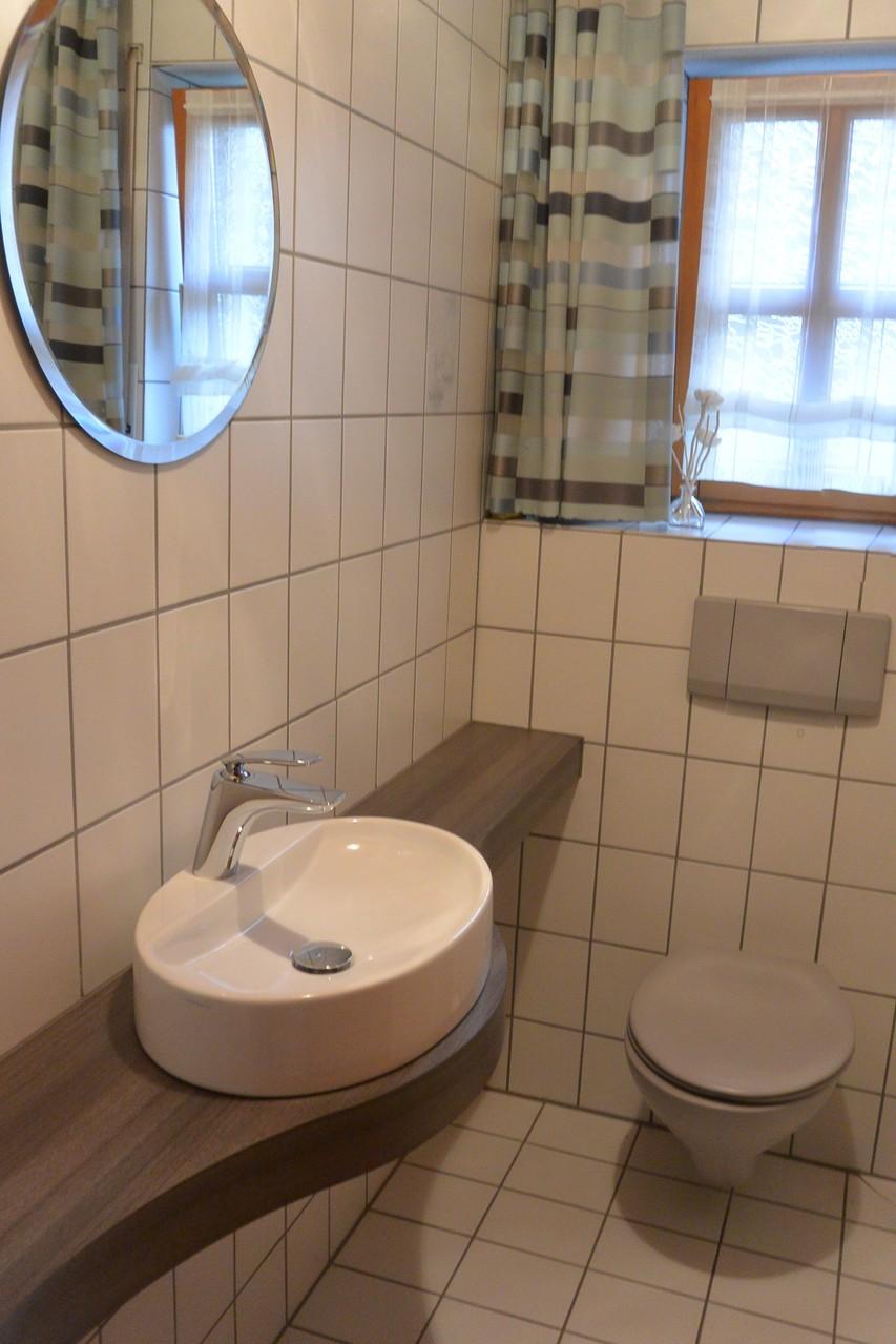 Waschtischplatte geschwungen in Holzdekor für Gäste WC