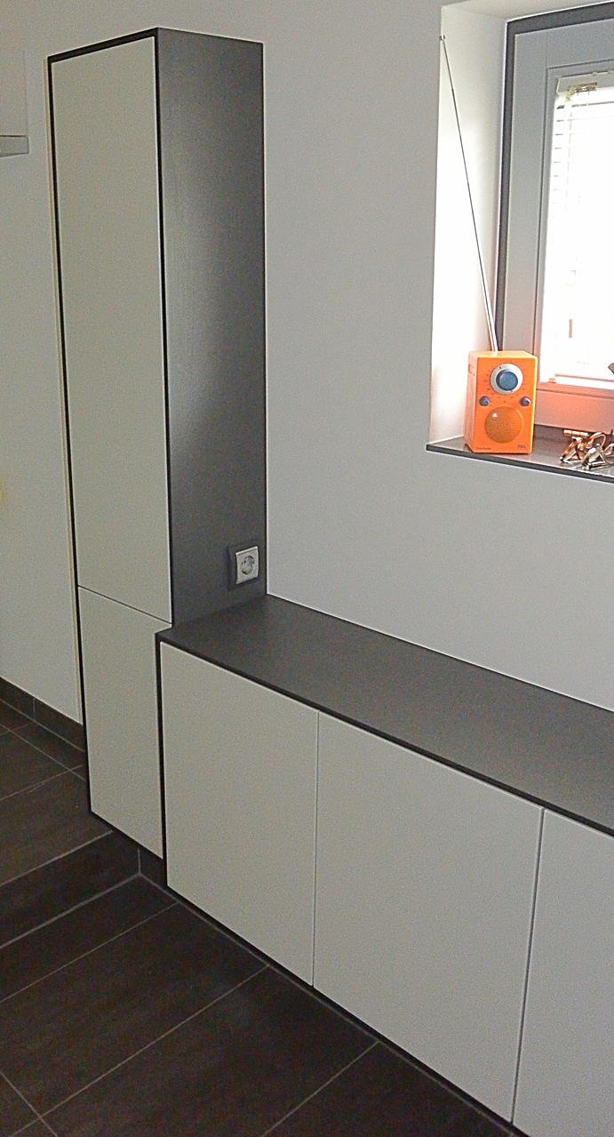 Stauraum im Bad im grifflosen, lackiertem Badezimmerschrank