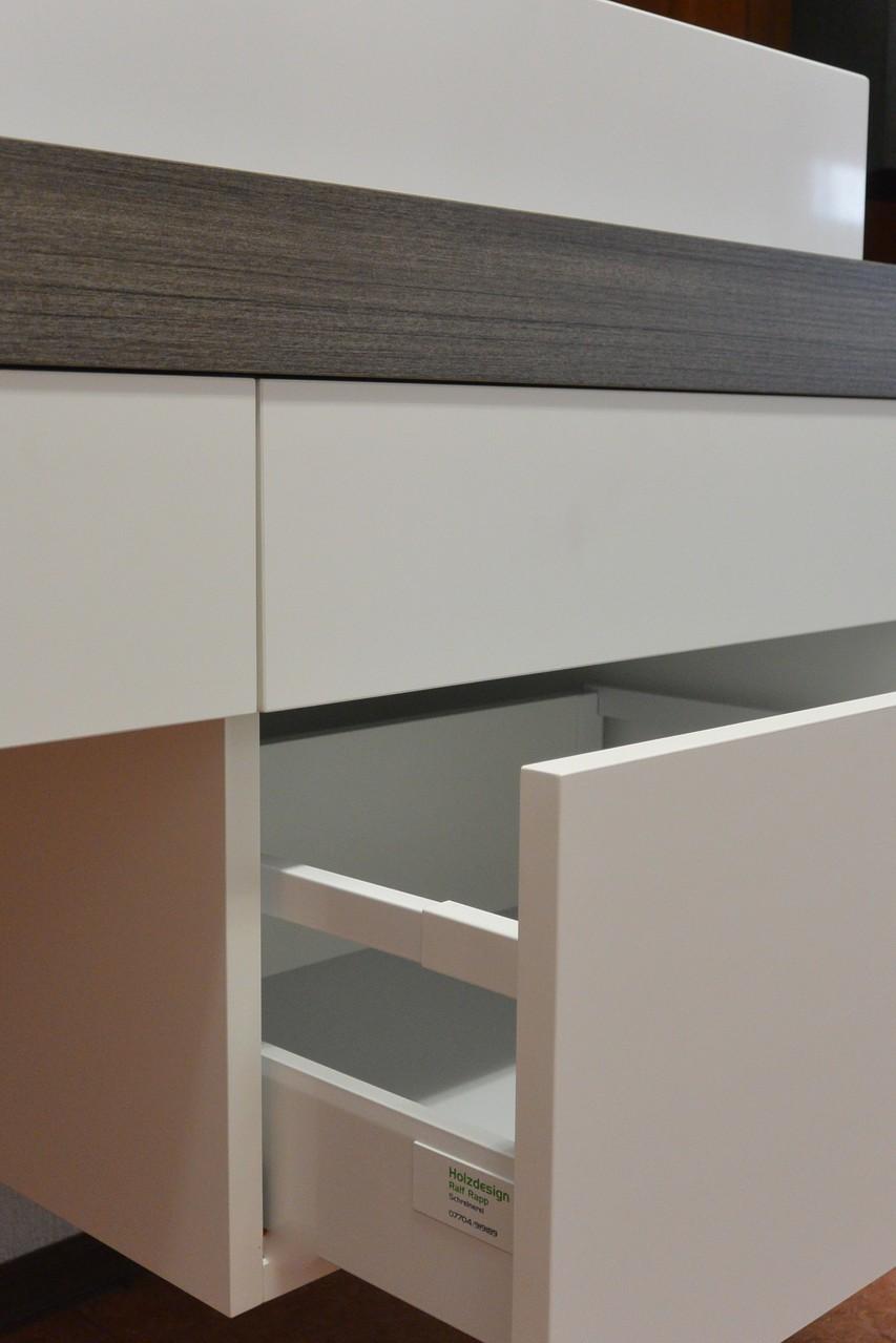 """Waschtischunterschrank in weiß & Holzdekor mit griffloser """"Push to Opern"""" Schubkasten mit eckiger Reling weiß"""