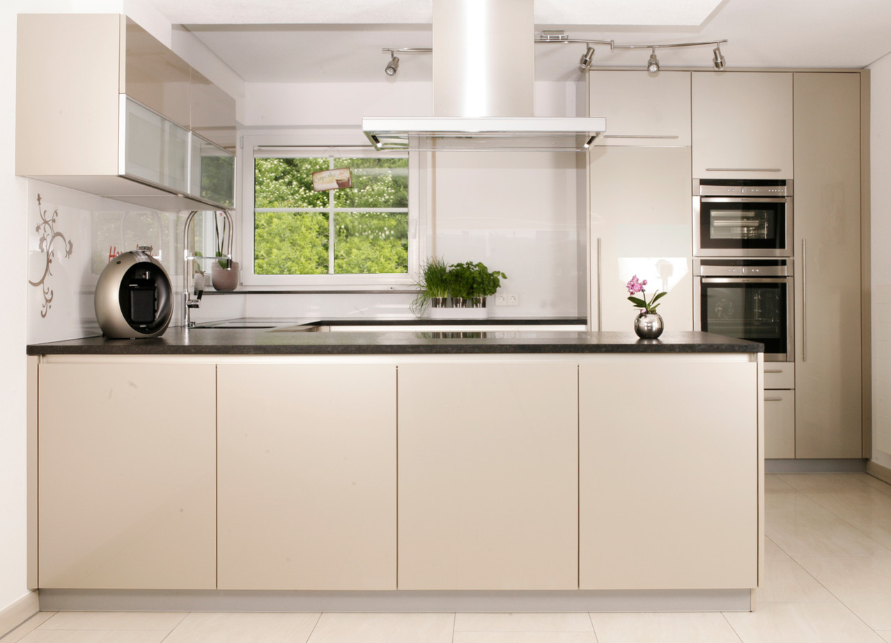 Hochglanz Küche mit Naturstein Arbeitsplatte Nero Assoluto, geflammt und gebürstet,
