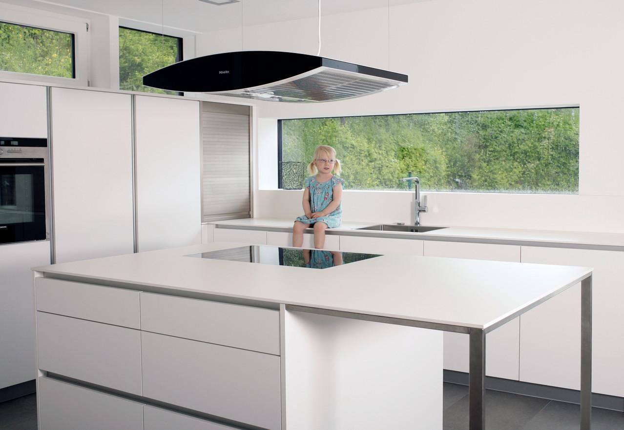 Grifflose Inselküche -  Schreinerküche in weiß matt