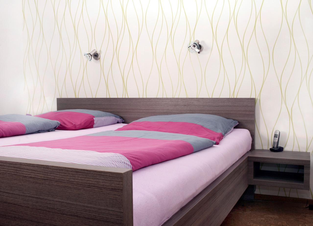 Schlazimmermöbel mit Bett, Kleiderschrank mit Gleitschiebetür- Schreinerbett mit erhöhtem Einstieg