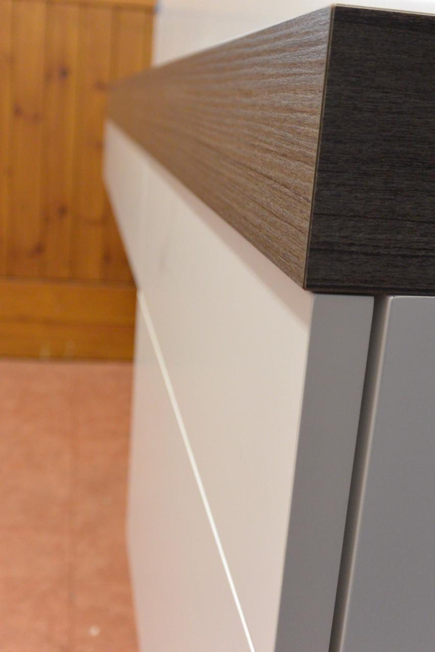 Griffloser weißer Badmöbelunterschrank mit mit TIP ON u. 6 cm starker Waschtischplatte