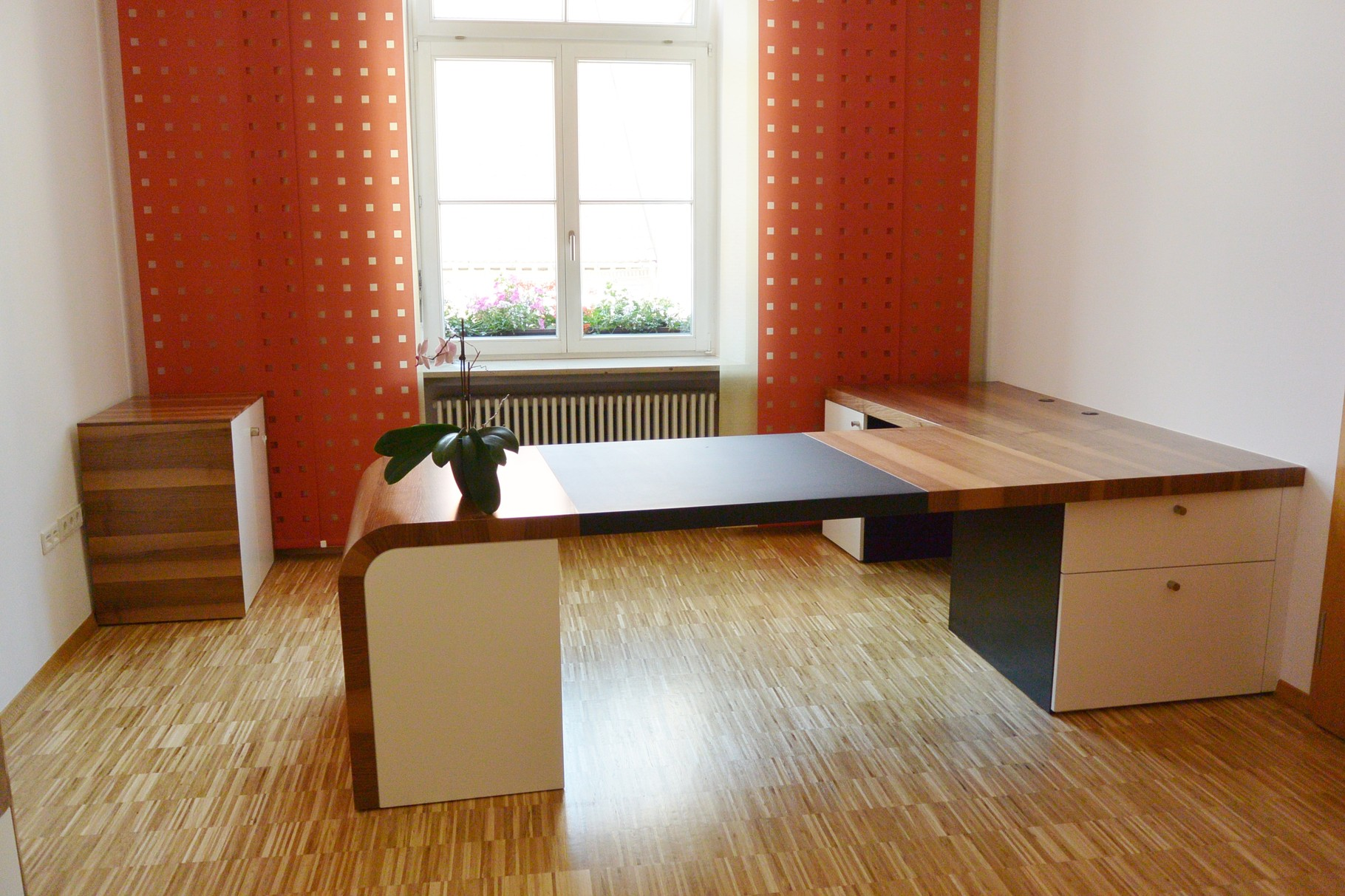 Büroeinrichtung mit Schreibtisch, Sideboard mit drehbarem Besprechungstrresen