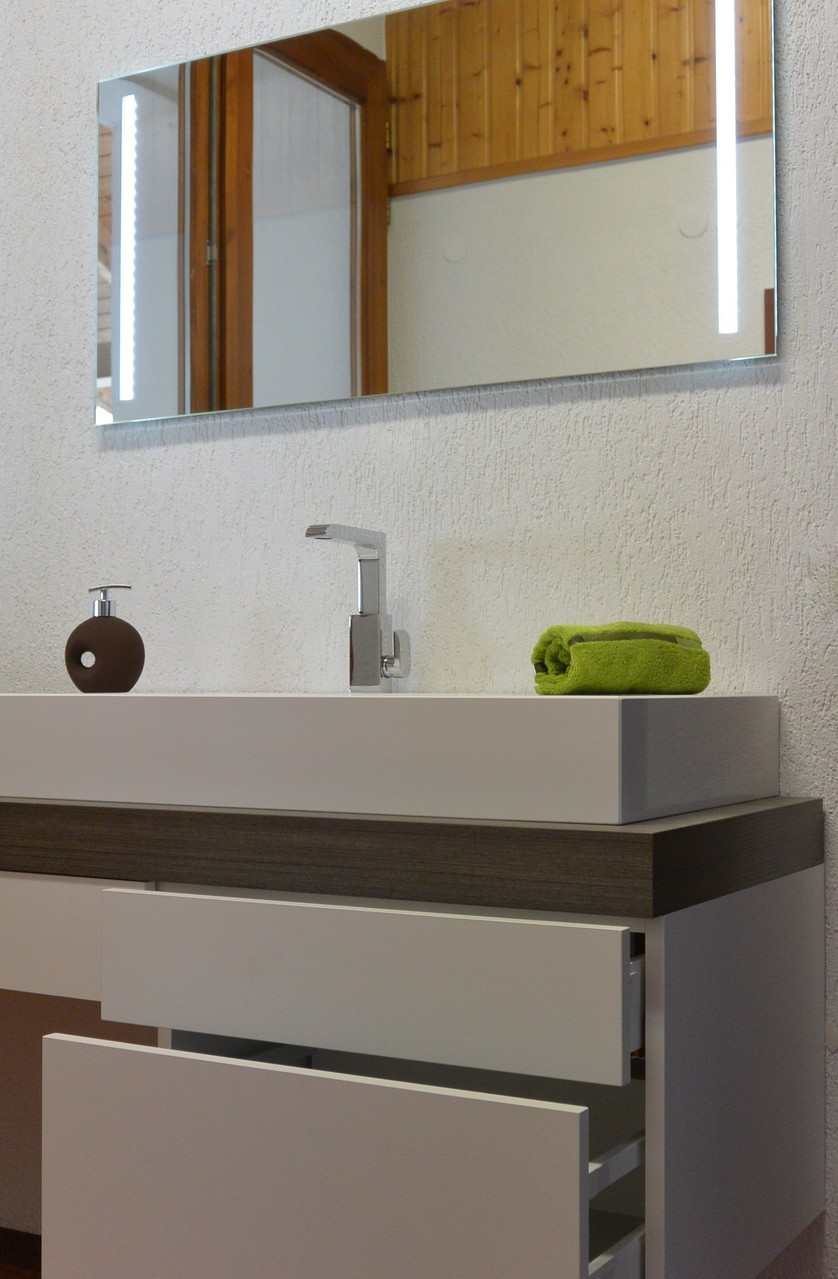 Badschrank mit Silestone Aufsatzbecken mit weißem Unterschrank nach Maß & 6 cm starker Waschtischplatte